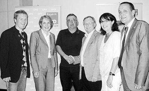 Werner Schieder (Dritter von rechts) dankt Otmar Schreiner für seine deutlichen Worte.
